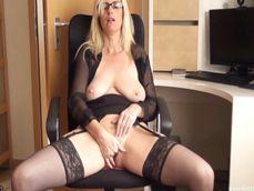 En cuanto se marcha el jefe la secretaria se masturba sin parar - Secretarias