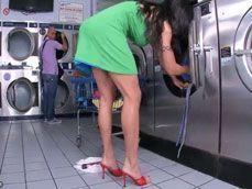Se le cae un consolador al suelo en mitad de la lavanderia - Casadas