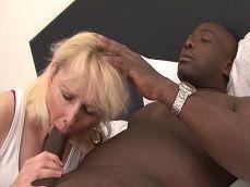 Como disfruta la abuela mamando la polla de su amante negro - Abuelas
