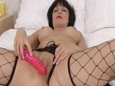 Disfruta de las tetas que tiene la señora mientras se masturba - Amas De Casa