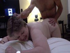 Madura gordita follada por un amigo de su marido en su presencia - Cornudos