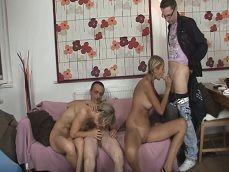 Hija y madre hacen una orgía con los hombres de la casa.. - Orgias