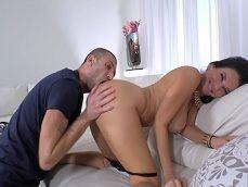 A Veronica Avluv le encanta que le coman todo el culo, uuf! - Actrices Porno