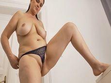 Esta ama de casa se da un placer con sus dedos tremendos! - Masturbaciones