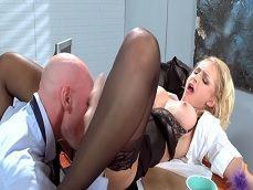 La secretaria se abre de piernas para que se lo coma todo - Secretarias