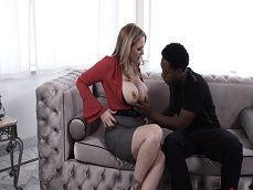 Julia Ann enseña las tetas a un amigo de su hijo.. - Interracial