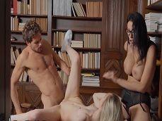 Trío porno en la biblioteca, es el puto amo este chico joder.. - Xvideos