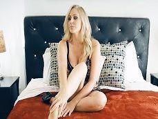 Julia Ann se prepara para tener una cita de sexo duro.. - Folladas