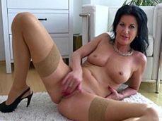 Atractiva madura de coño depilado se mete los dedos hasta el fondo - Masturbaciones