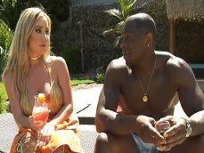 Savannah Bond conoce a un negro y se lo folla bien fuerte.. - Interracial