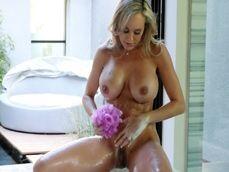 La tetona Brandy Love se da una ducha antes de follarse a su amante - Tetonas