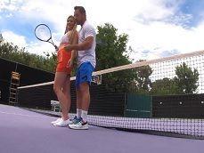 El entrenador de tenis la pone cachonda, se lo acaba tirando.. - Folladas