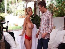 La señora Alexis Fawx se desnuda ante un amigo de su marido.. - Casadas