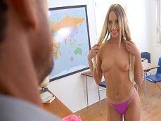 Joder! Esta alumna quiere algo con el profesor, se desnuda.. - HD