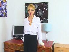 Es vieja la secretaria pero no veas como se toca para su jefe.. - Masturbaciones