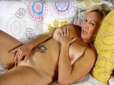 Podría ser tu abuela, mirad como se toca en el sofá de casa.. - Abuelas