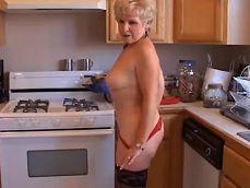 Antes de hacer la comida se corre duro en la cocina.. - Masturbaciones