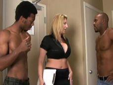 Dos negros cachas me ayudan con la mudanza, me ponen !! - Interracial