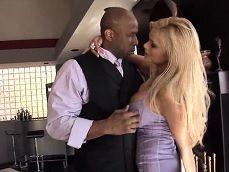La señora le enseña la casa y algo más a este negro.. - Interracial