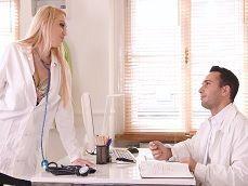 La enfermera tetona se pone a tontear con el becario.. - Tetonas