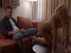 La prostituta le está poniendo todo el rabo bien duro.. - Porno Gratis
