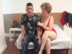 La española Mercé se lo monta con un buen amigo de su hijo.. - Porno Español