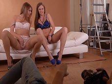 El fotógrafo se pone cachonda con estas dos modelos.. - Trios Porno
