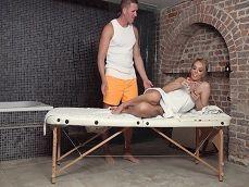 El masajista es un chico atractivo, me pone cachonda.. - Masajes Porno