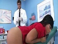 La paciente tiene un culo tremendo, el doctor encantado.. - Redtube