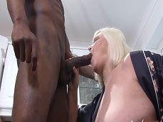 Joder con la abuela, menuda negra tiene para ella sola.. - Interracial
