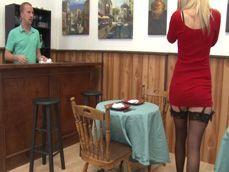 La señora baja al bar en busca de polla, ese camarero joven ... - Casadas