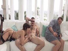 Su marido juega a la consola mientras que ella está disfrutando - Cornudos