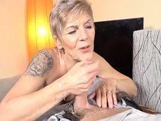 Esta vieja hace una tremenda paja a uno de sus nietos.. - Pajas