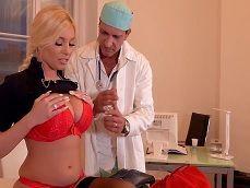 El enfermero prueba de primera mano esas grandes tetas.. - Tetonas
