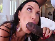 A la milf Nikki Benz se la ve bien acompañada con este negro.. - Interracial