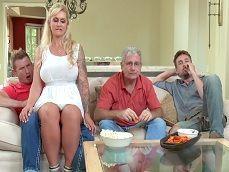 Se sienta sobre mi polla mi madrastra, me pone cachondo.. - Actrices Porno