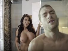Mi suegra se mete conmigo en la ducha, está loca o que? - Porno Gratis