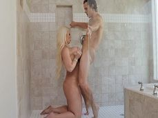 Mi hijo se mete a la ducha conmigo.. Quiere que lo deje seco! - Porno Gratis