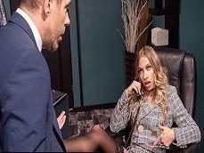 Entra al jefe al despacho y se la encuentra abierta de piernas.. - Sexo Gratis