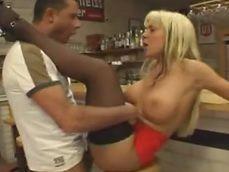 Echa el cierre la camarera y se folla a un cliente del bar.. - Rubias
