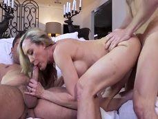 La señora de la casa se termina haciendo un trío con los obreros - Trios Porno