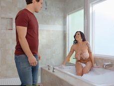 Entra su hijo al lavabo y eso la pone muy cachonda..