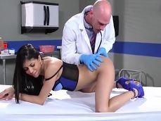 El doctor inspecciona muy bien el culito de Veronica Rodriguez - Treintañeras