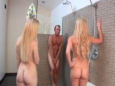 Mi suegra y mi novia se meten juntas en la ducha conmigo.. - Trios Porno