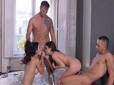 Orgía con dos buenas zorras en un jacuzzi, que tremendas - Videos Porno