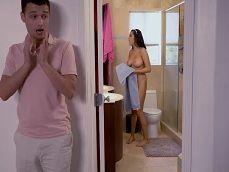 Espía a su cuñada cuando sale de la ducha.. Que buena está! - Folladas
