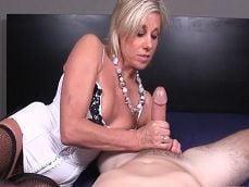 Cuando la abuela tiene ganas de pajear a su nieto.. - Pajas