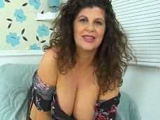 Mujer madura se exhibe en la webcam, como le gusta.. - Masturbaciones