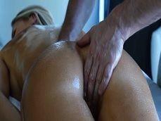 El masajista del hotel me mete los dedos por el coñito.. - Casadas