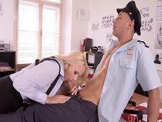 Sexo en la comisaría de policías, cuando están solos.. - Rubias